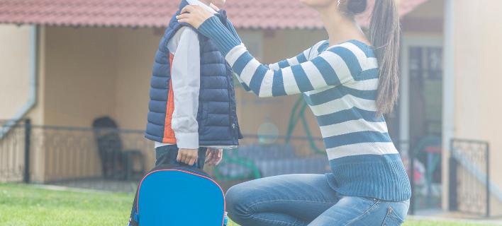 Μια μητέρα ετοιμάζει το παιδί της για το σχολείο, Φωτογραφία: Shutterstock/By Vigen M