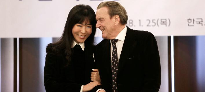 O Γκέρχαρντ Σρέντερ και η πέμπτη σύζυγός του, Κιμ Σο Γεόν (Φωτογραφία: ΑΡ//Ahn Young-joon)