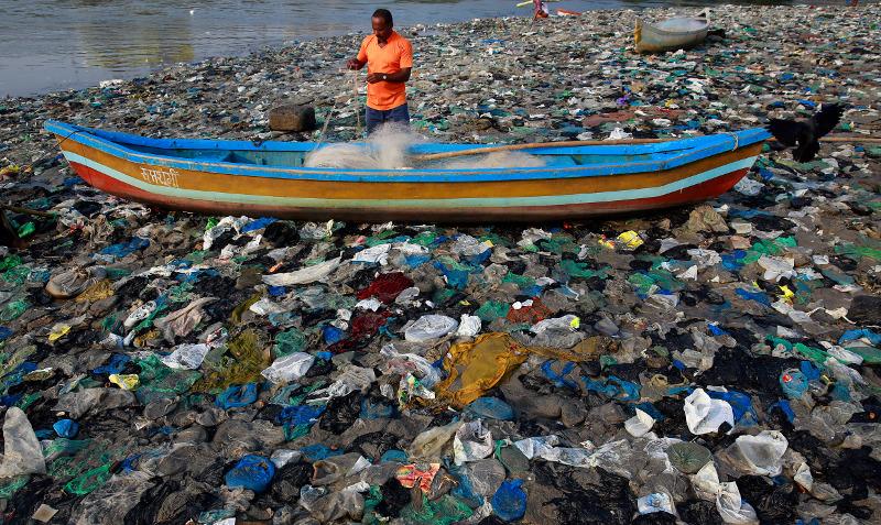 ΌΛο και μεγαλύτερες διαστάσεις παίρνει το πρόβλημα των πλαστικών αποβλήτων στους ωκεανούς.
