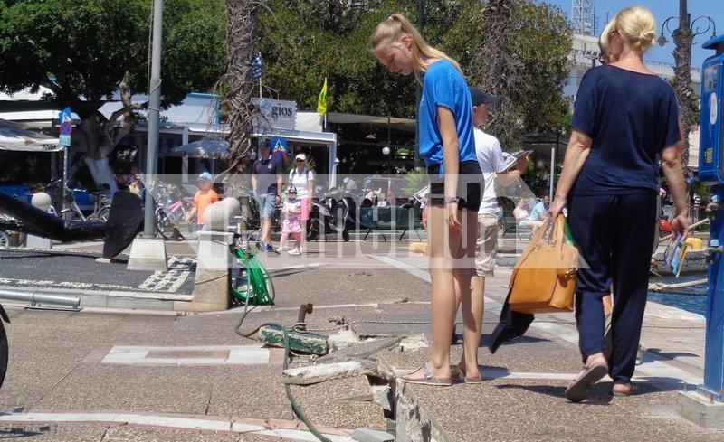 Επισκέπτες του νησιού... χαζεύουν τα χαλάσματα στο λιμάνι