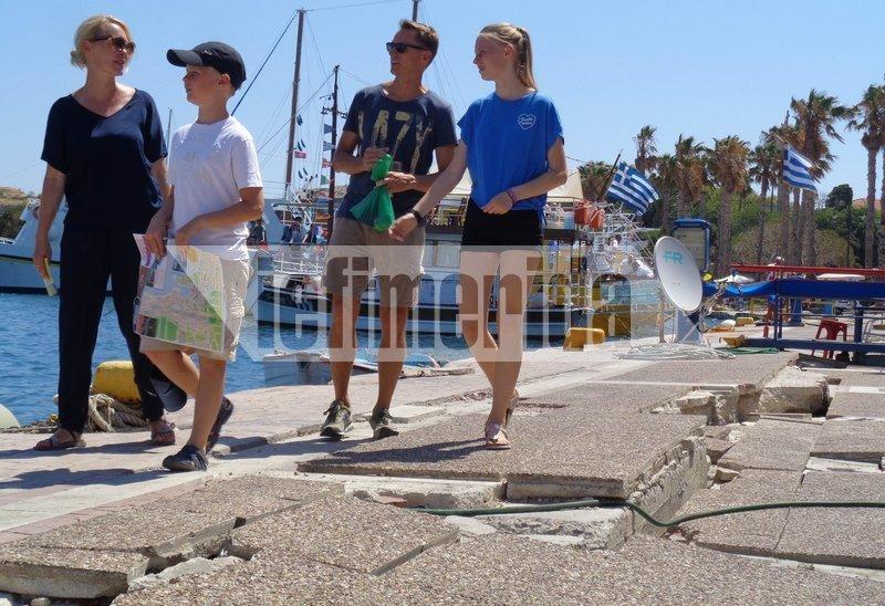 Ανάμεσα στα σπασμένα πλακάκια περπατούν οι τουρίστες