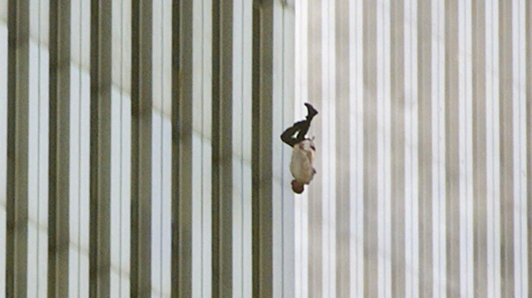 Δεκαέξι χρόνια μετά το χτύπημα στους δίδυμους πύργους της Ν. Υόρκης -Η πιο συγκλονιστική εικόνα της 11ης Σεπτεμβρίου / Φωτογραφία: AP Photo/Richard Drew
