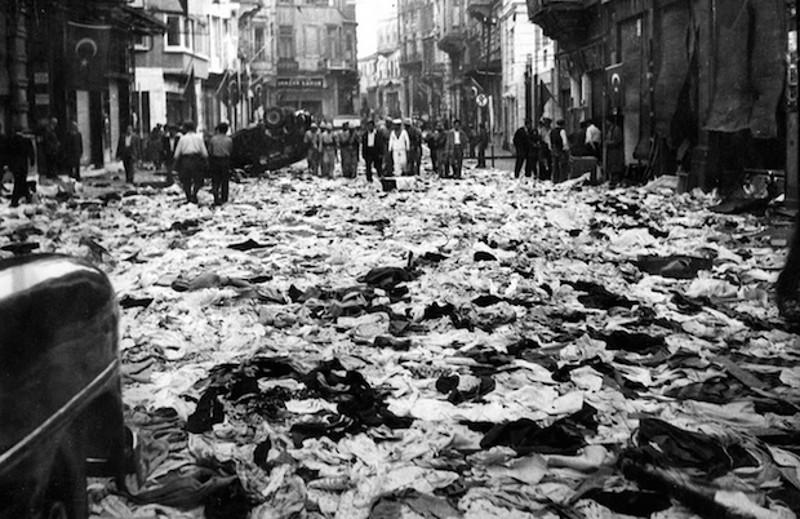 Το κέντρο του Πέραν, εκεί που βρίσκονταν τα περισσότερα καταστήματα των Ελλήνων θύμιζε βομβαρδισμένο τοπίο