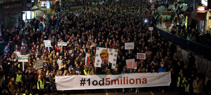 Ξανά στους δρόμους χιλιάδες Σέρβοι κατά του Βούτσιτς -Με φωτογραφίες του ως «Πινόκιο» [εικόνες]