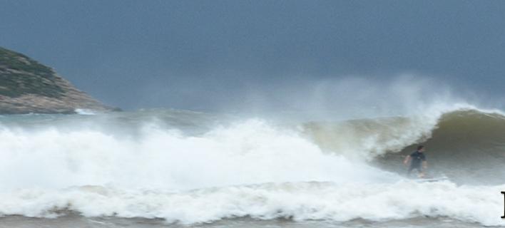 Σέρφερ δαμάζουν τα κύματα στη Μαραθόπολη/ Φωτογραφία: gargalianoionline