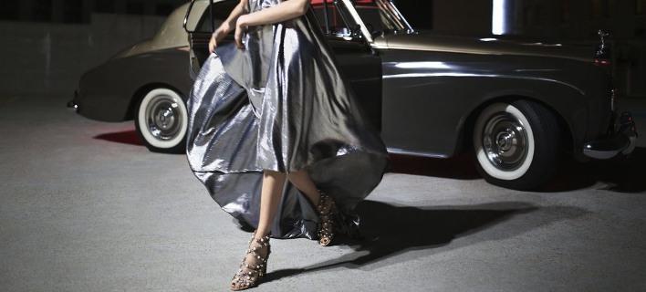 Μοντέλο με φόρεμα και πέδιλα /Φωτογραφία: Jimmy Choo/Campaign 2018