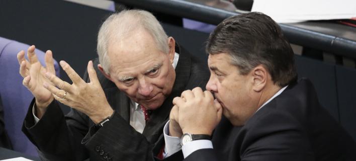 O Σόιμπλε με τον Γκάμπριελ κατά τη διάρκεια παλαιότερης συζήτησης στη γερμανική βουλή για την Ελλάδα / Φωτογραφία: (AP Photo/Markus Schreiber,file)