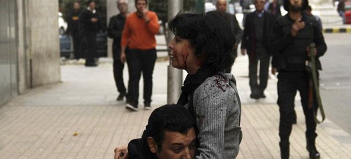 Σοκαριστική στιγμή -Διαδηλώτρια πέφτει νεκρή από πυρά αστυνομικού, στην αγκαλιά περαστικού [εικόνες]