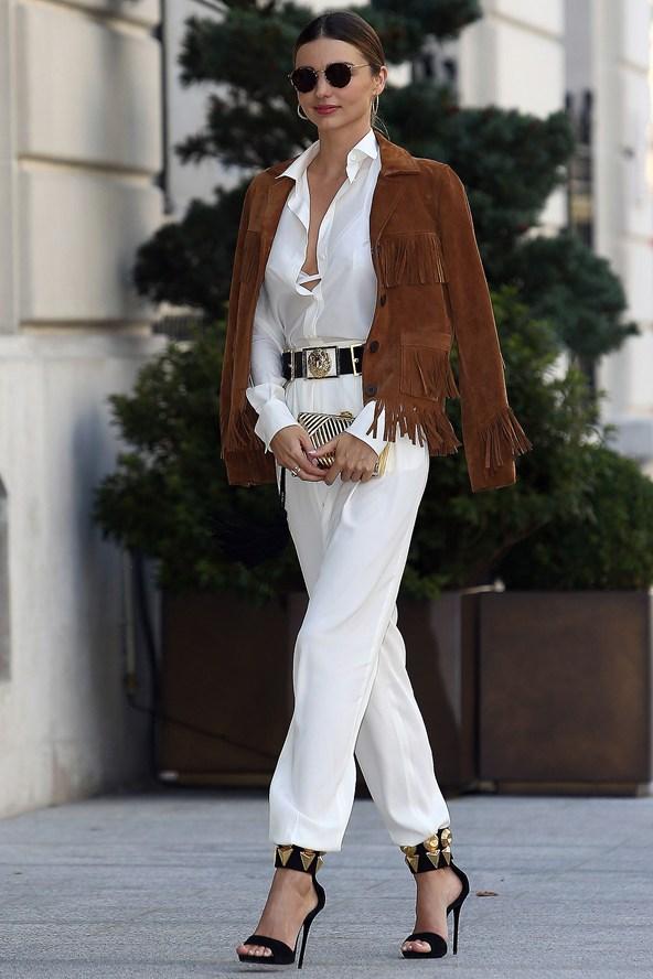 Γιατί οι celebrities ρίχνουν απλά το παλτό στους ώμους τους και δεν ... 92dc2d89663