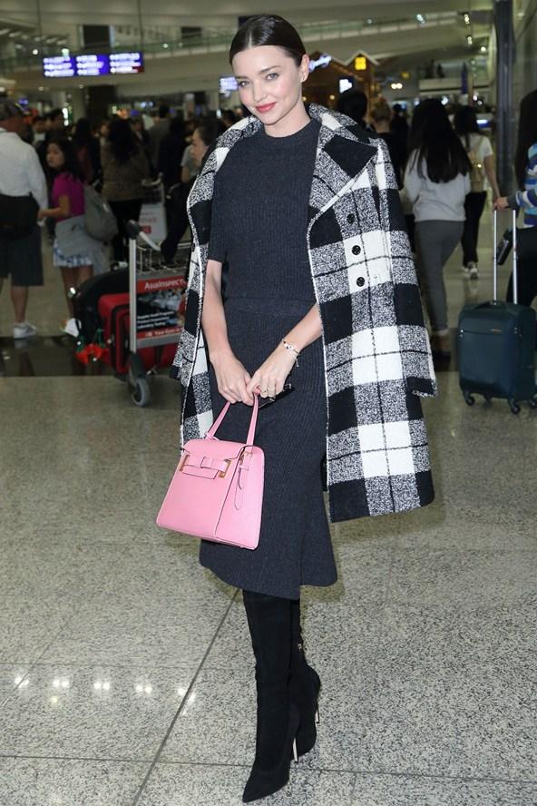 Φορώντας το παλτό της με αυτόν τον τρόπο πρωτομφανίστηκε η διευθύντρια της αμερικανικής  Vogue 49016002f73