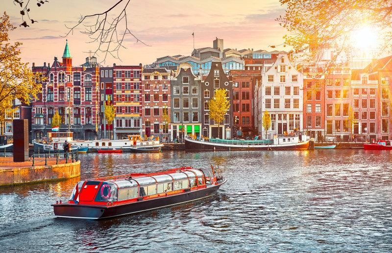 Μια ολλανδική εταιρεία προσφέρει στους τουρίστες τη δυνατότητα να βγουν για δίωρο ψάρεμα πλαστικών στα κανάλια της πόλης