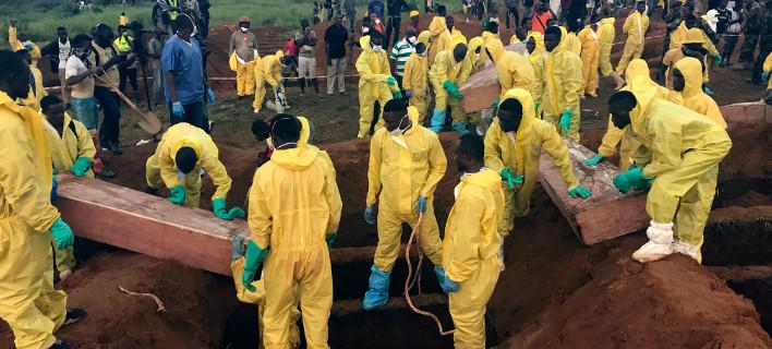 Σχεδόν 500 πτώματα έχουν ανασύρει οι ομάδες διάσωσης μετά τη φονική κατολίσθηση/ Φωτογραφία: Manika Kamara/AP