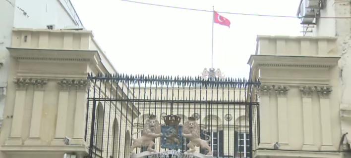 Κατέβασαν την ολλανδική σημαία από το προξενείο στην Κωνσταντινούπολη -Υψωσαν την τουρκική [εικόνα & βίντεο]