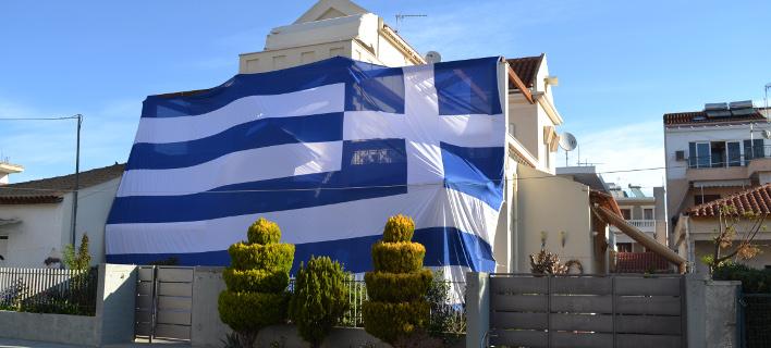 Κάλυψε το σπίτι του με τεράστια ελληνική σημαία (Φωτογραφία: EUROKINISSI)