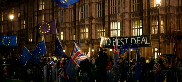 Διαδηλωτές έξω από το βρετανικό κοινοβούλιο (Φωτογραφία: AP)