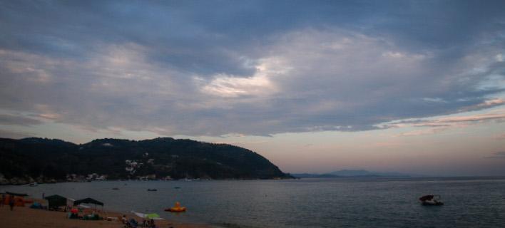 Σύννεφα στον ουρανό πάνω από την παραλία Μικρό στο Πήλιο (Φωτογραφία: EUROKINISSI/ΘΑΝΑΣΗΣ ΚΑΛΛΙΑΡΑΣ)