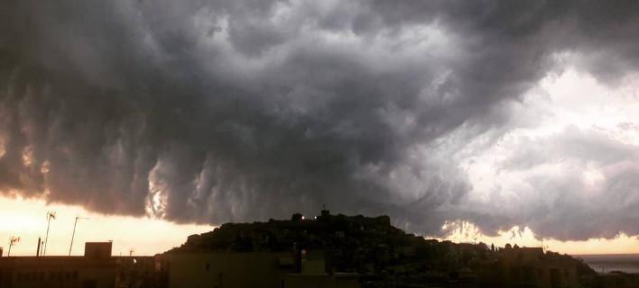 Εντυπωσιακές εικόνες από τα σύννεφα σαν σε... θρίλερ που σχηματίστηκαν στη Β. Ελλάδα [εικόνες]
