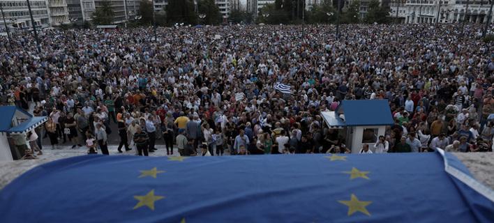 Για πρώτη φορά χιλιάδες Ελληνες διαδήλωσαν στο Σύνταγμα υπέρ του ευρώ [εικόνες]
