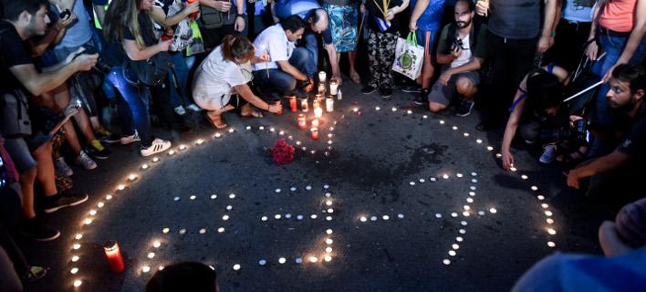 Σιωπηλή διαμαρτυρία στο Σύνταγμα για τους νεκρούς στο Μάτι (Φωτογραφία: EUROKINISSI/ ΤΑΤΙΑΝΑ ΜΠΟΛΑΡΗ)