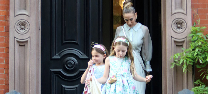 Η Σάρα Τζέσικα Πάρκερ με τις δίδυμες κόρες της. Φωτογραφία: Splash News
