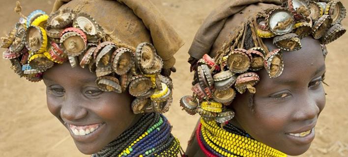 Κοσμήματα από τα σκουπίδια της Δύσης - Μια φυλή μετατρέπει σε μόδα τα καπάκια της μπύρας [εικόνες]