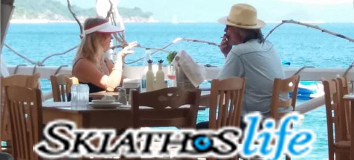 Ξεκίνησαν οι αφίξεις των διασήμων του Χόλιγουντ στη Σκιάθο - Η Γκόλντι Χόουν και ο Κερτ Ράσελ στο νησί (ΦΩΤΟ)