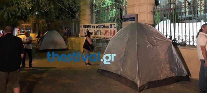 Συμβασιούχοι κατασκήνωσαν έξω από το υπουργείο Μακεδονίας-Θράκης/Φωτογραφία: Thestival.gr