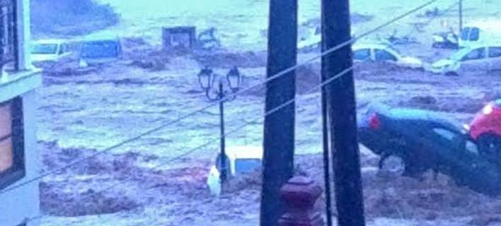 Σκηνές Αποκάλυψης στη Σκόπελο -Η θάλασσα μπήκε στους δρόμους και παρέσυρε τα πάντα [εικόνες & βίντεο]