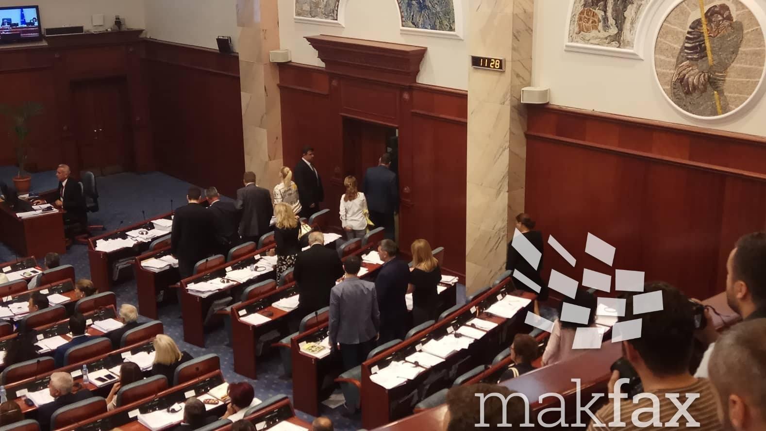 Oι βουλευτές του VMRO-DPMNE αποχωρούν από την αίθουσα