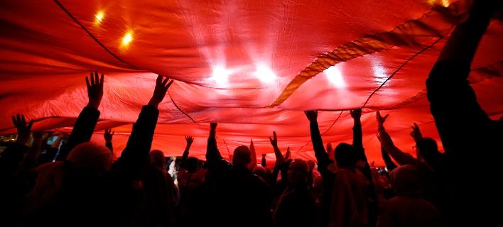 Οπαδοί του ΟΧΙ πανηγυρίζουν στα Σκόπια για τη χαμηλή προσέλευση στις κάλπες την Κυριακή (Φωτογραφία: ΑΡ/Thanassis Stavrakis)