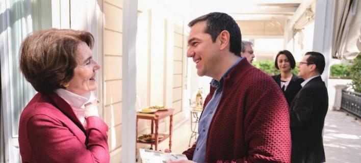 Η Φωτεινή Σκοπούλη με τον πρωθυπουργό Αλέξη Τσίπρα στο Μαξίμου / Twitter