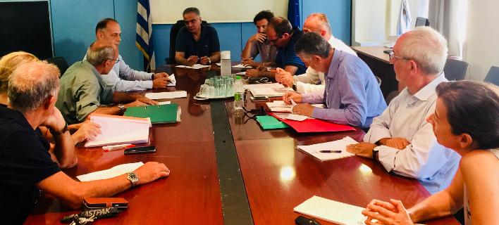 Συνάντηση του Πάνου Σκουρλέτη με πυρόπληκτους (Φωτογραφία: EUROKINISSI/ ΥΠΕΣ)