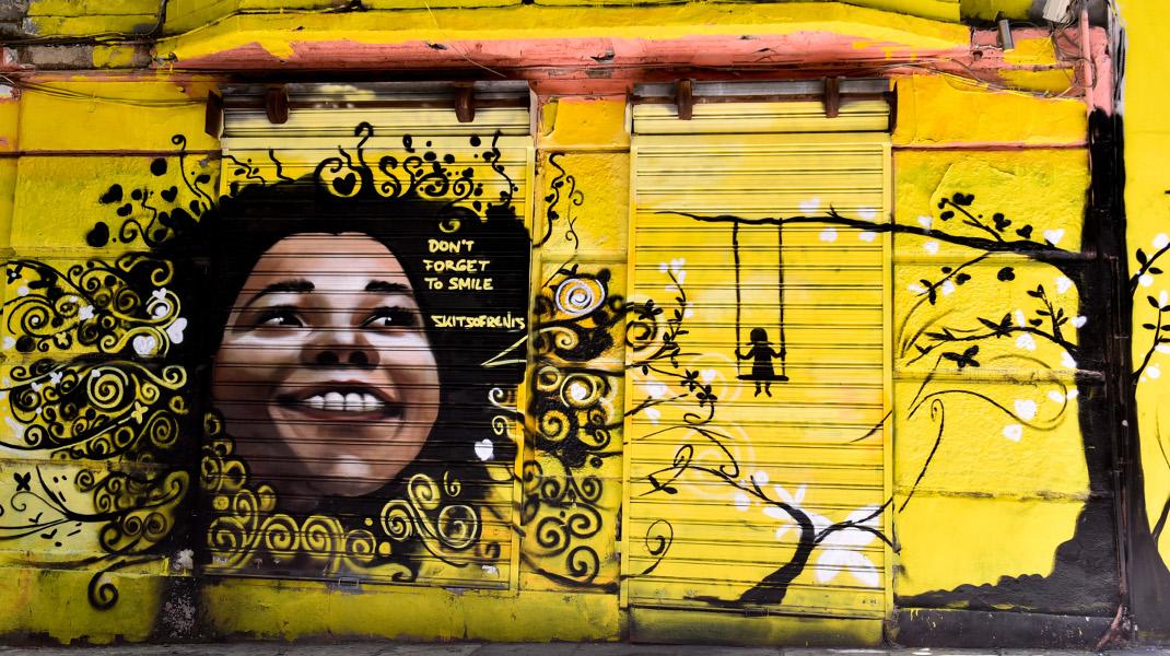 Don't forget to smile: Γκράφιτι σε δρόμο της Αθήνας -Φωτογραφία: EUROKINISSI/ ΤΑΤΙΑΝΑ ΜΠΟΛΑΡΗ