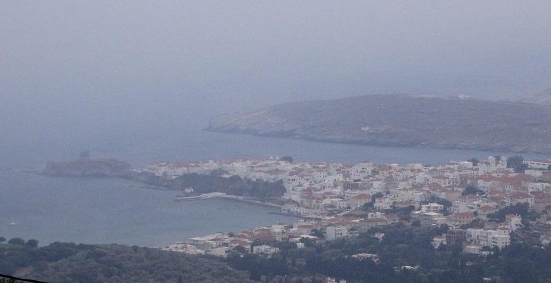 Σύννεφο του καπνού από την καταστροφή που συντελέσθηκε 45-50 ναυτικά μίλια μακριά (φωτογραφία Εν Άνδρω)