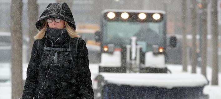 Η χιονοθύελλα πλήττει και την Νέα Υόρκη -Φωτογραφία: AP Photo/Julio Cortez