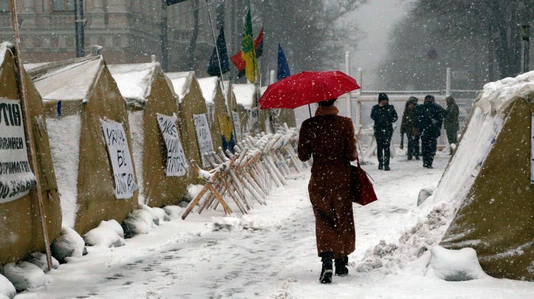 Στην Ουκρανία το χιόνι σκέπασε τις σκηνές υποστηρικτών του πρώην προέδρου Σαακασβίλι έξω από το Κοινοβούλιο -Φωτογραφία: AP Photo/Efrem Lukatsky