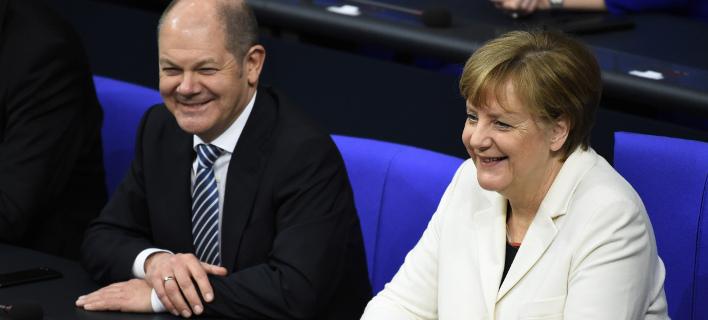 Ο Ολαφ Σολτς με την Ανγκελα Μέρκελ (Φωτογραφία: AP/ Gregor Fischer)