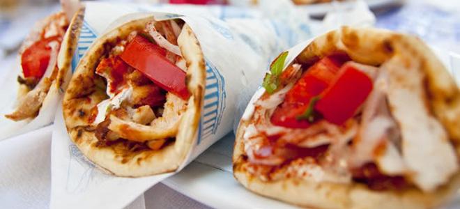 Wall Street Journal: Σουβλάκι, το φαγητό που έδιωξε τη Lοuis Vuitton από την Κηφισιά- Γιατί οι Ελληνες τρελαίνονται γι' αυτό