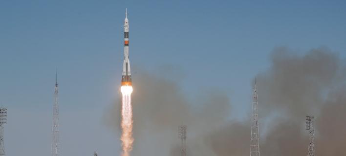 Ο πύραυλος μετέφερε τον Αμερικανό αστροναύτη Νικ Χέιγκ και τον Ρώσο αστροναύτη Αλεξέι Οβτσίνιν (Φωτογραφία: ΑΡ//Dmitri Lovetsky)