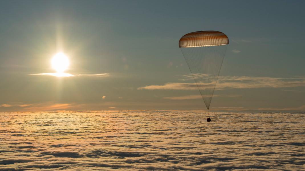 Η επιστροφή τριών αστροναυτών στη Γη μετά από πεντέμισι μήνες στο Διάστημα -Φωτογραφία: NASA via AP