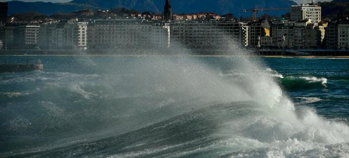 Δύο άνθρωποι παρασύρθηκαν από πελώρια κύματα στη βόρεια Ισπανία και πνίγηκαν (Φωτογραφία: ΑΡ)