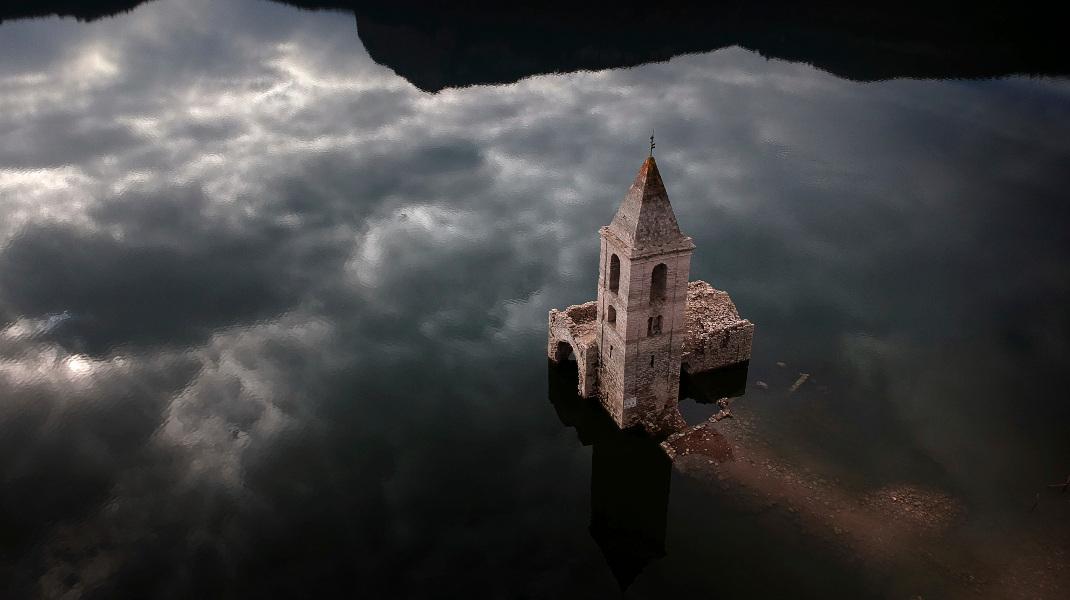 Σαν πίνακας του Ελ Γκρέκο: Εκκλησία στην Καταλονία -Φωτογραφία: AP Photo/Emilio Morenatti