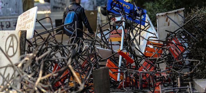 Πολυτεχνείο: Συντρίμμια και αποκαΐδια άφησαν πίσω τους οι κουκουλοφόροι