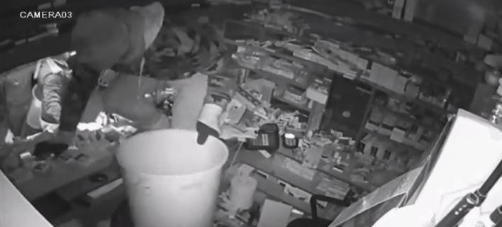 Απίστευτο: Μέλη της σπείρας των ληστών «ξηλώνουν» περίπτερο και το αδειάζουν με... κουβάδες! [βίντεο]