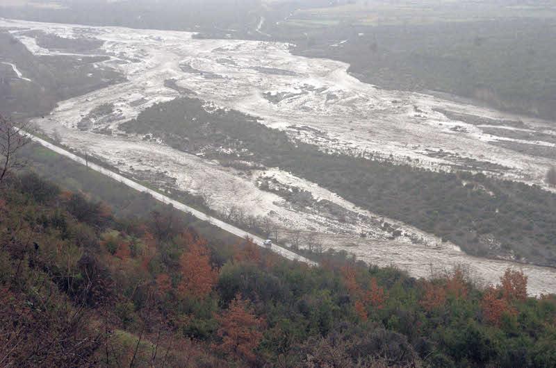 Ο πλημμυρισμένος Σπερχειός ποταμός το 2015, δημιούργησε σοβαρά προβλήματα στις καλλιέργειες της περιοχής αλλά και στην κυκλοφορία στο οδικό δίκτυο. Φωτογραφία: Eurokinissi