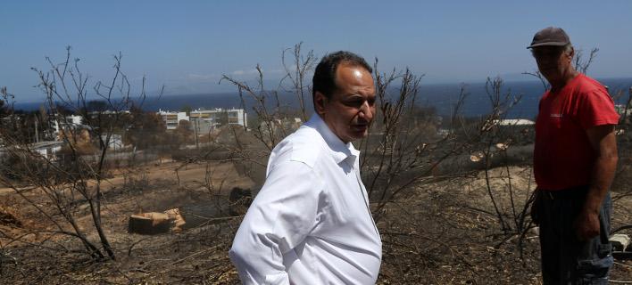 Ο υπουργός Υποδομών κατά την επίσκεψή του στο Μάτι-Φωτογραφία: Intimenews/Γιάννης Λιάκος
