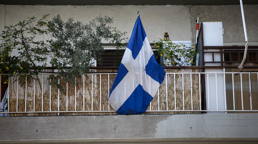 Η σημαία στο μπαλκόνι του σπιτιού του Γιώργου Μπαλταδώρου -Φωτογραφία: Intimenews/ΚΑΠΑΝΤΑΗΣ ΔΗΜΗΤΡΗΣ