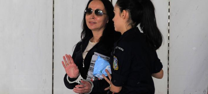 Η Βίκυ Σταμάτη μετά την απόφαση για την αποφυλάκισή της -Χαμογελαστή, φώναζε στους δημοσιογράφους [εικόνες]