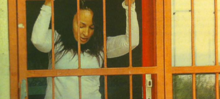 Σοκ: Η Βίκυ Σταμάτη στο Δρομοκαΐτειο -Στο πάτωμα αγκαλιά με ένα λούτρινο [εικόνες]
