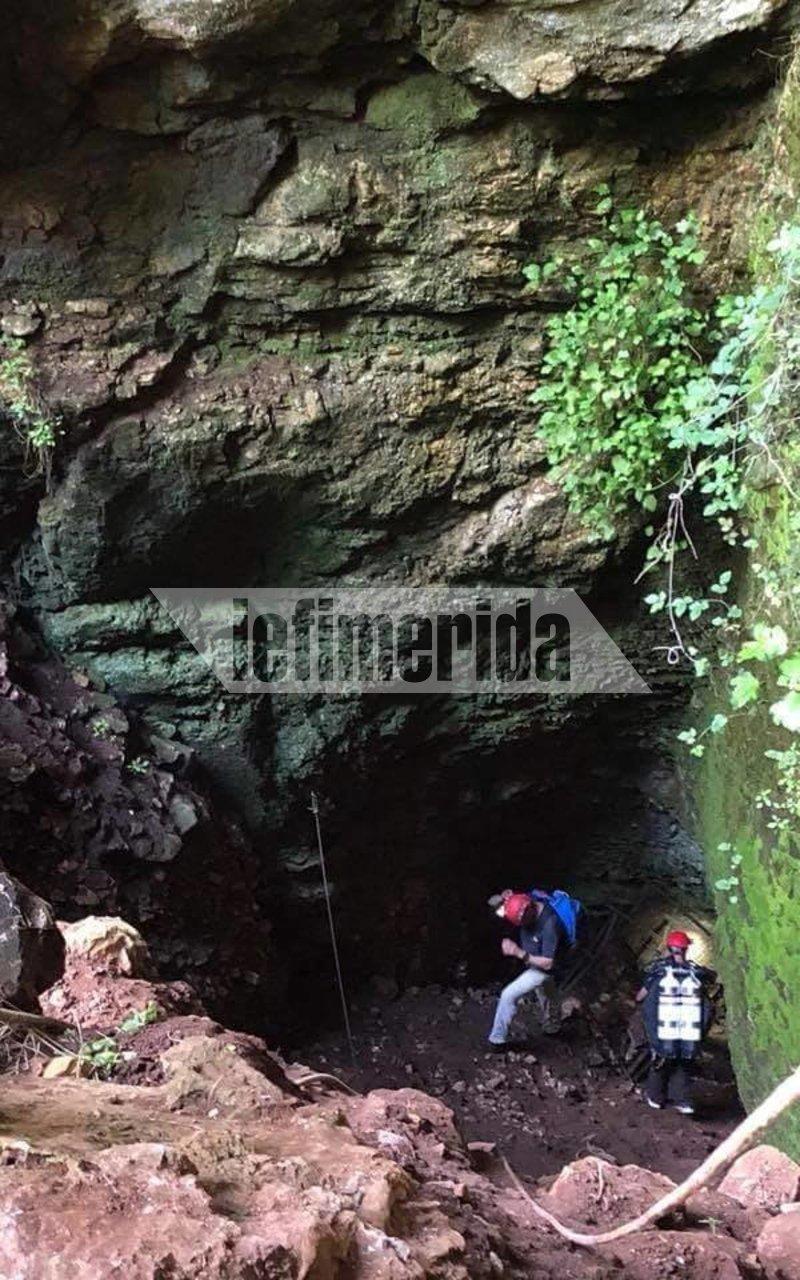 Στην είσοδο του σπηλαίου της Βρύσπας